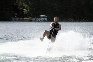 Will waterskiing with only one ski gets upright in a spray of water.